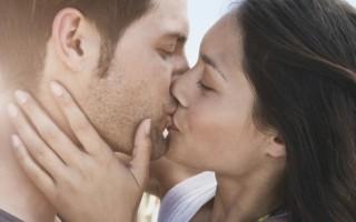 9 способов намекнуть парню на поцелуй