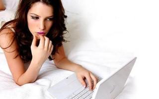 Стоит ли девушке писать и звонить парню первой: психология отношений