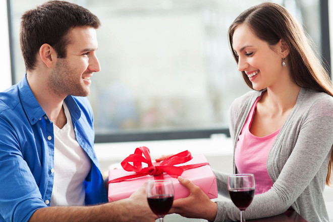 Парень дарит подарок девушке