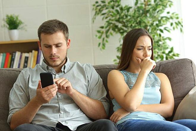 Парень переписывается в телефоне
