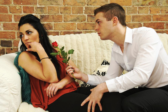 Парень дарит розу