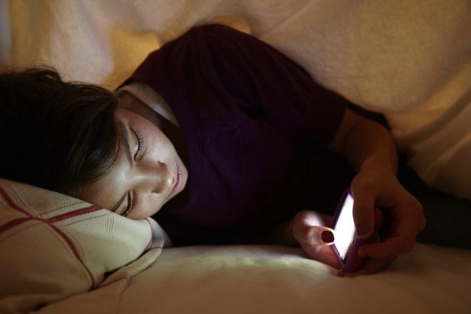 Девушка читает телефон