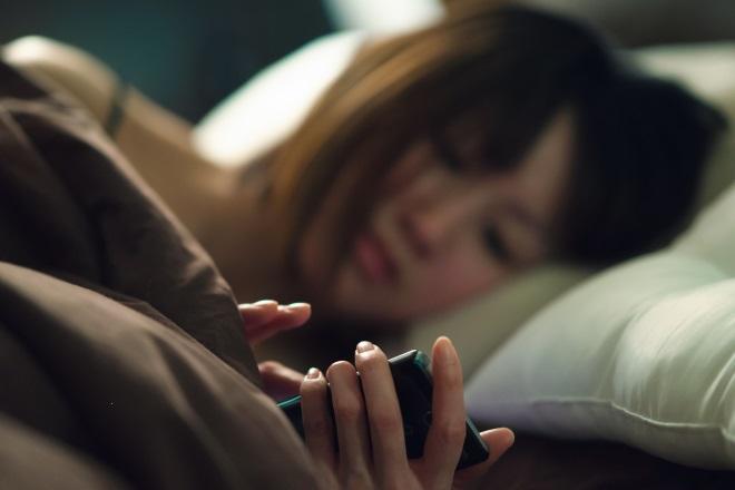 Девушка в кровати перед сном