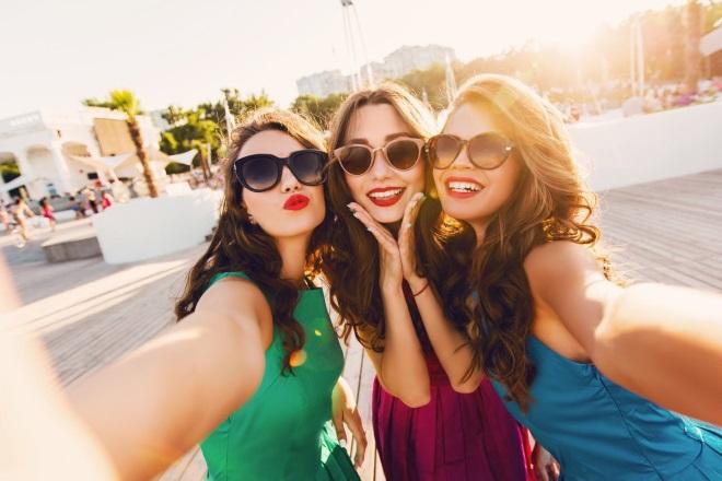 Девушка с подругами