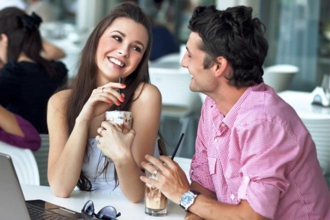 Парень флиртует с девушкой