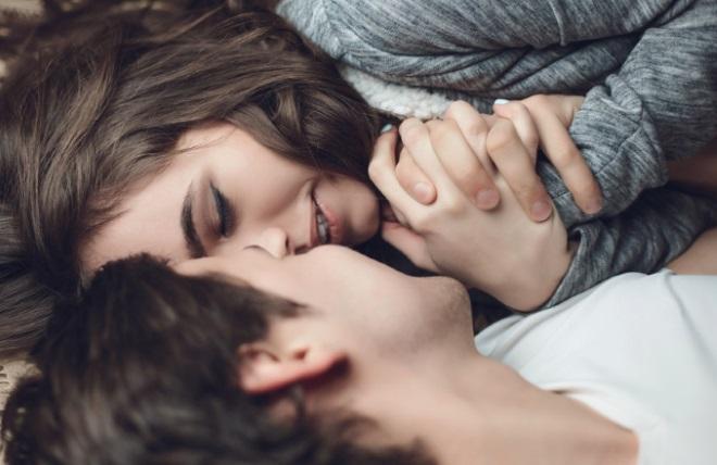 Парень с девушкой лежат