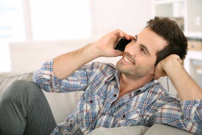 Парень звонит по телефону