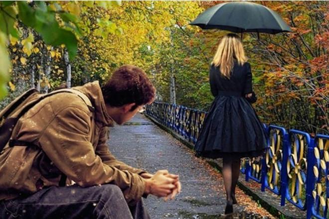Девушка уходит под зонтом