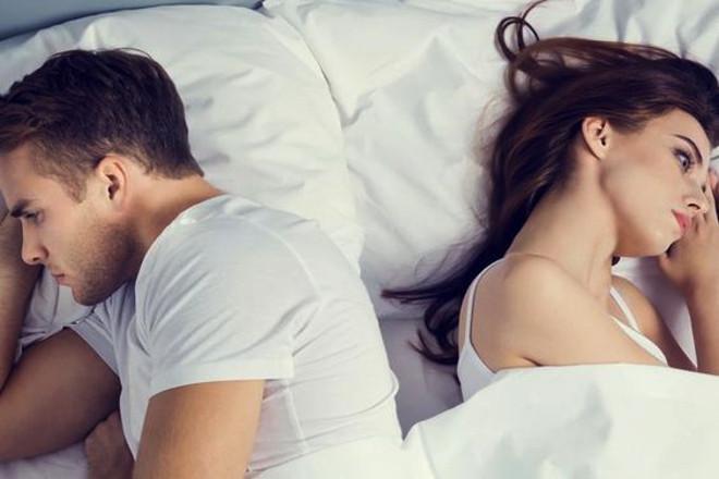 Девушка отвернулась в постели