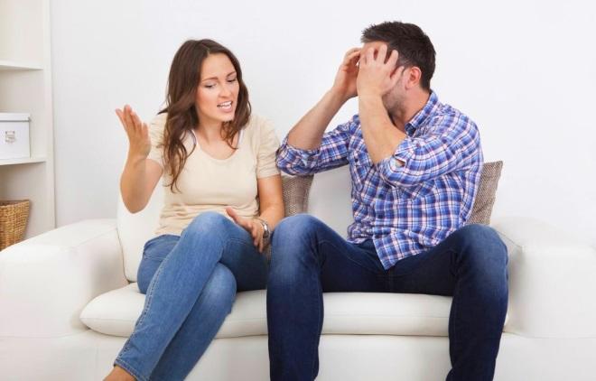 Парень говорит с девушкой