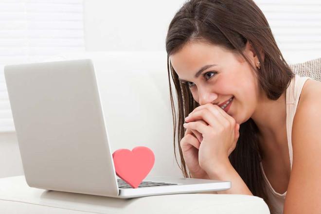 Девушка переписывается в соцсети