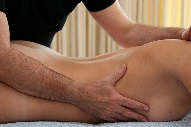 Парень делает массаж девушке