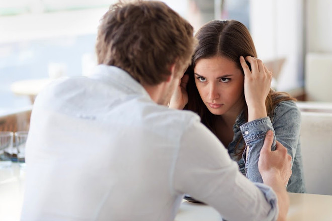 Парень расстается с неверной девушкой