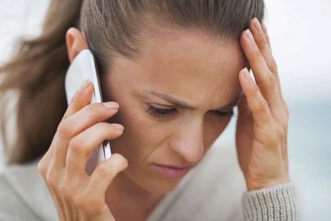 Парень расстается с девушкой по телефону