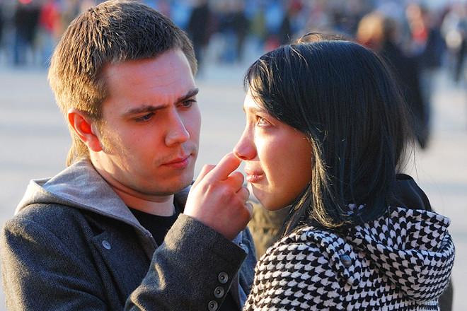 Парень вытирает слезы девушке