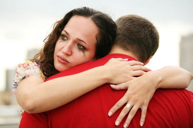 Девушка в слезах обнимает парня