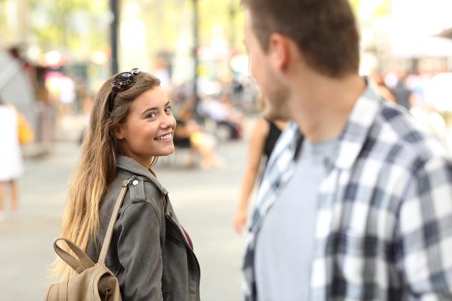 Парень оглядывается на девушку