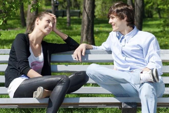 Девушкка разговаривает с парнем
