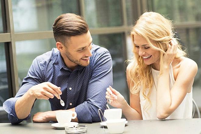 Девушка с парнем пьют кофе
