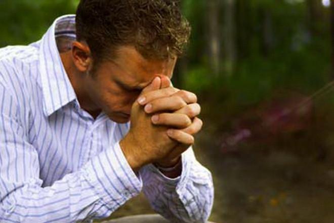 Парень молится