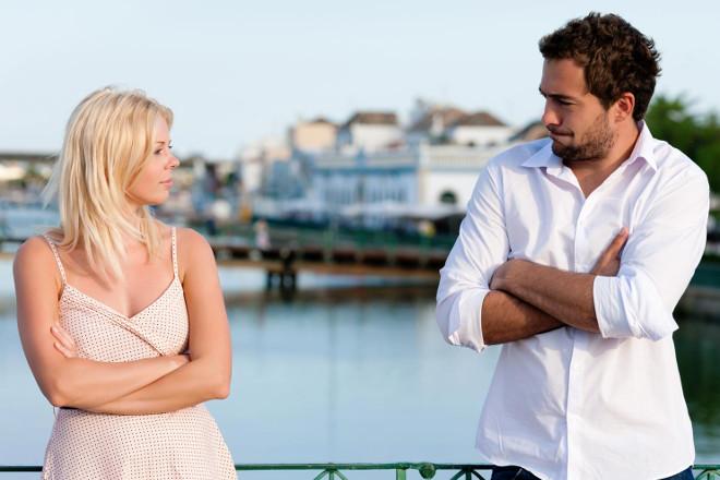 Мужчина с девушкой на мосту
