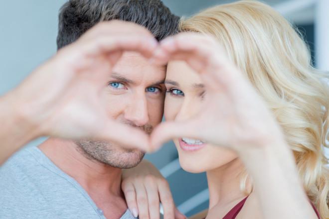 Мужчина и женщина с сердцем