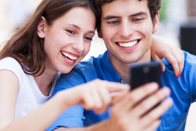 Парень с девушкой смотрят в телефон