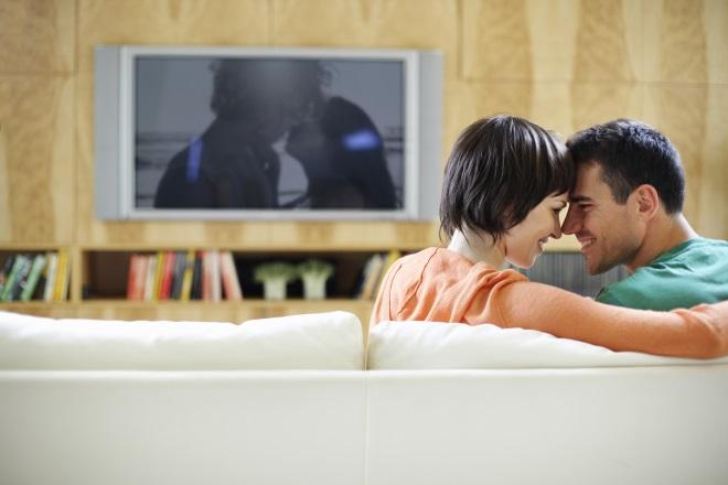 Девушка с парнем смотрят фильм вместе