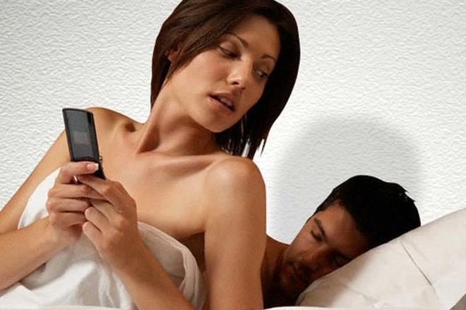 Девушка проверяет телефон