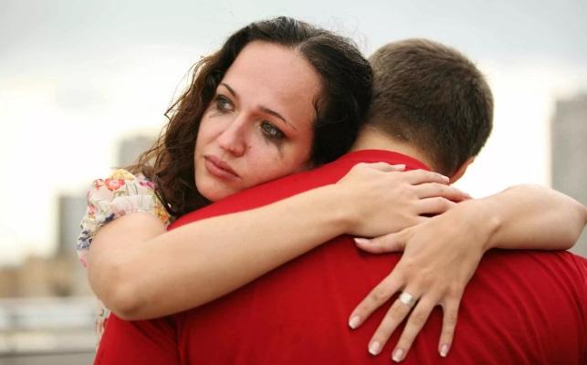 Девушка плачет обнимая парня
