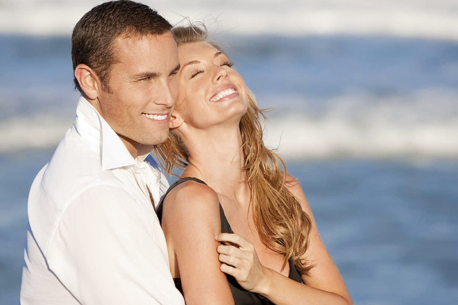 Парень с девушкой на море