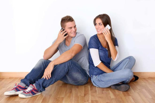 Девушка и парень с телефонами