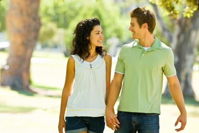 Парень с девушкой на прогулке