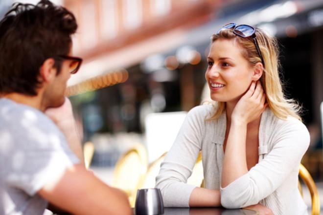 Парень с девушкой говорят