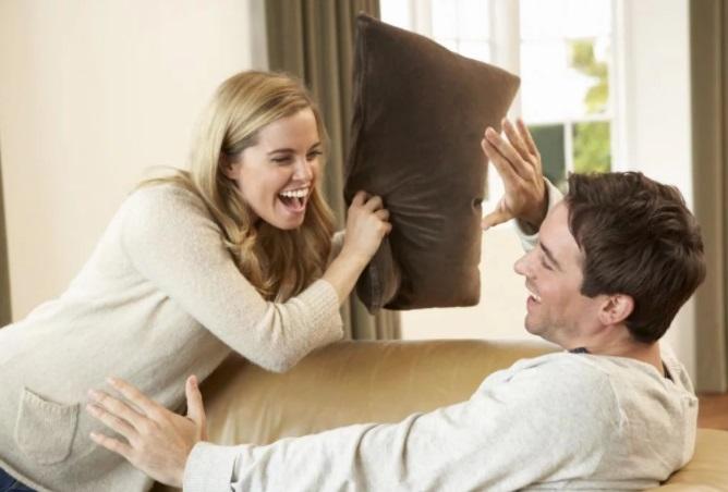 Парень с девушкой смеются
