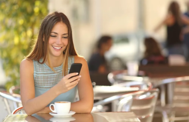 Девушка смотрит телефон