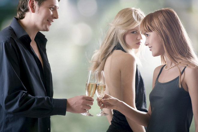 Парень с двумя девушками