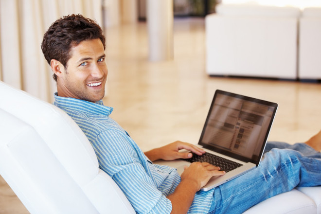 Парень с ноутбуком на диване