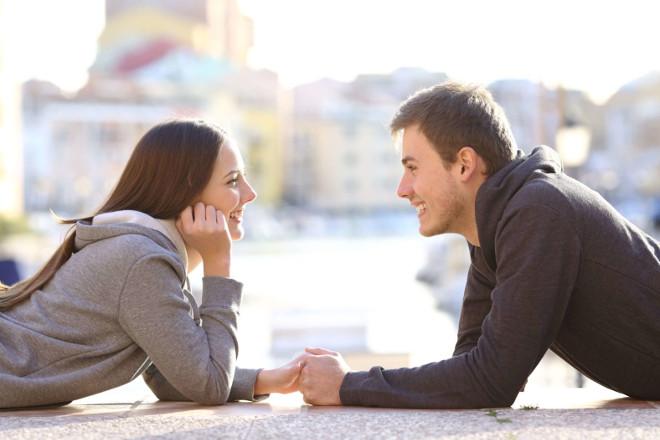 Девушка с парнем держатся за руки